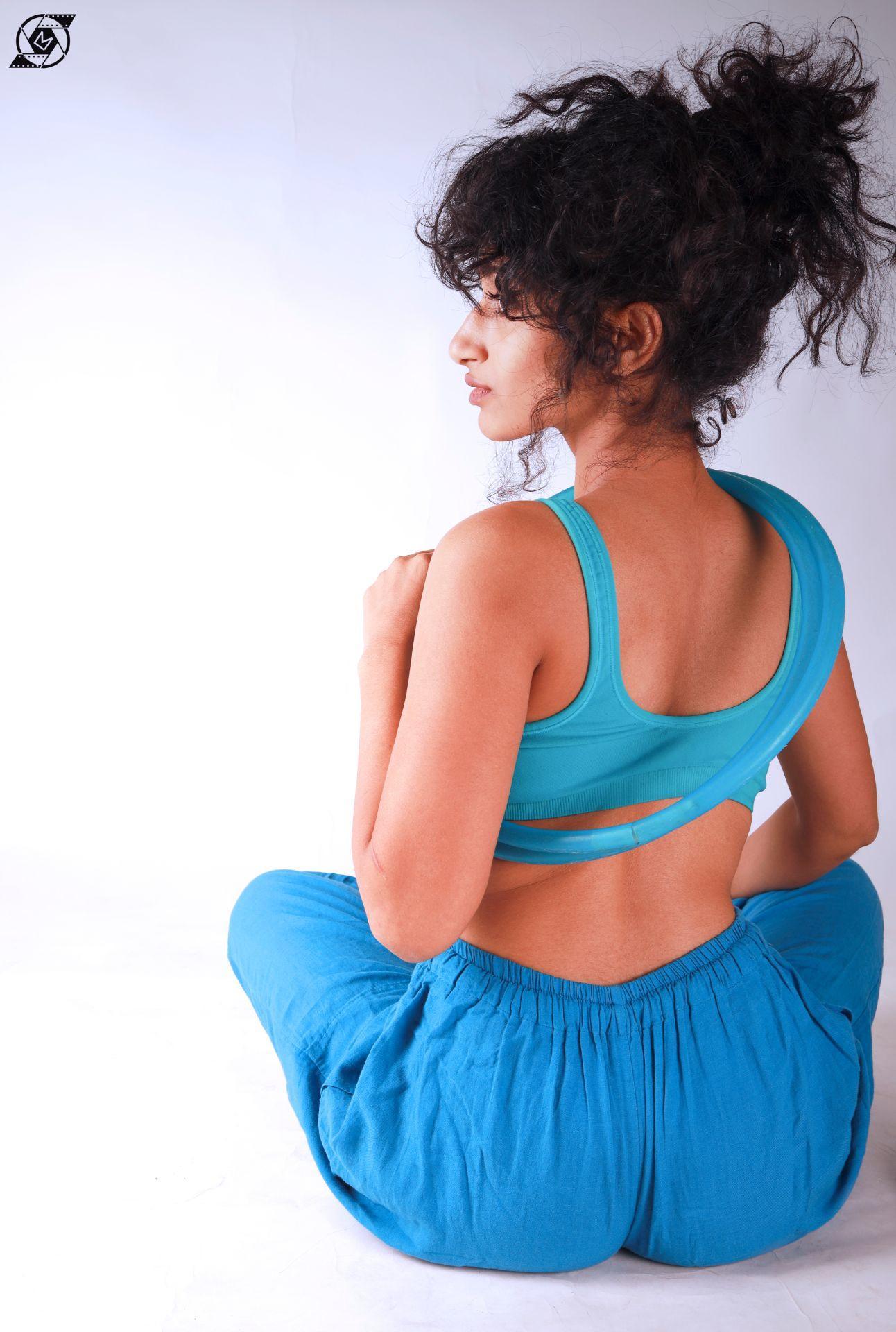 Hoop flow blue pose left profile side wearing sporty bra