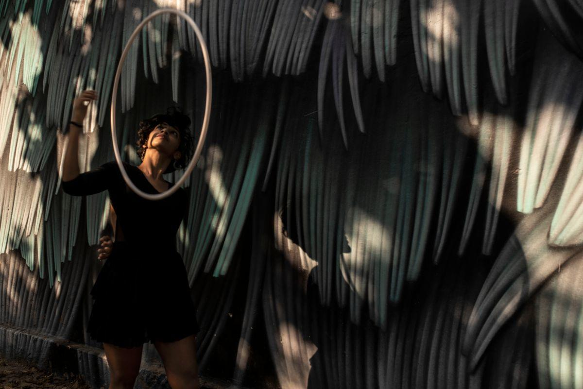 waist hooping street art design black flow spinning